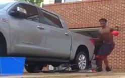 Thanh niên ngã dập mặt vì vừa rửa xe vừa nhảy