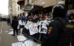 Video: Người Nga giận dữ ném đá, trứng vào Đại sứ quán Thổ Nhĩ Kỳ