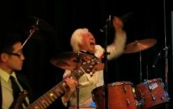Tay trống 75 tuổi trình diễn cực sung, khiến ca sĩ bị lu mờ trên sân khấu