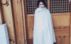 Ngọc Trinh trùm chăn kím mít sau khi chụp ảnh tại Hàn Quốc