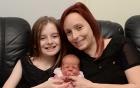 Bé gái 11 tuổi tự đỡ đẻ cho mẹ