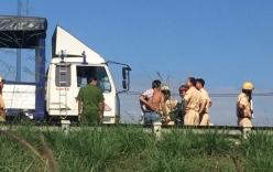 CSGT bị tài xế đạp ngã từ trên xe tải xuống đường