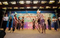 Lưu học sinh Việt hóa trang vì môi trường