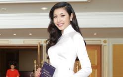 Thúy Vân duyên dáng trong tà áo dài trắng tự tin làm MC tại sự kiện