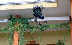 Đặc nhiệm trẻ e sợ khi lần đầu đu dây từ tòa nhà 4 tầng