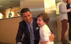 Cậu bé mồ côi người Libăng vỡ òa khi được ôm C.Ronaldo