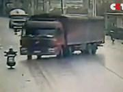 Tai nạn nghiêm trọng, người đàn ông bị cuốn vào gầm xe tải