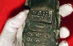Cục đất 800 tuổi giống điện thoại gây tranh cãi
