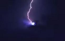 Xôn xao video vật thể bay UFO bị sét đánh