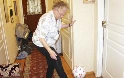 Cụ bà 90 tuổi tâng bóng điêu luyện khiến nhiều người thán phục