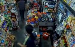 Cầm dao dọa cướp bị chủ tiệm vác kiếm đuổi đánh suýt chết