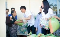Thủy Tiên - Công Vinh giúp đỡ cặp sinh đôi ba tuổi chống gậy đưa tang mẹ