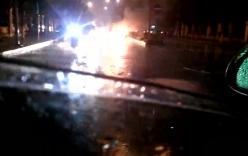 Bắc Ninh: Taxi bốc cháy ngùn ngụt giữa trời mưa