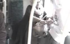 Video: Người phụ nữ đột nhiên tấn công bé trai trên xe bus