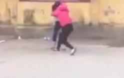 Hà Nội: xôn xao clip nữ sinh túm tóc đánh nhau trước cổng trường