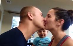 Biểu cảm siêu đáng yêu của em bé khi thấy bố mẹ hôn nhau