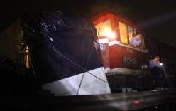 Tàu hỏa đâm đứt đôi xe tải 7 tấn, đầu xe văng xa 40m