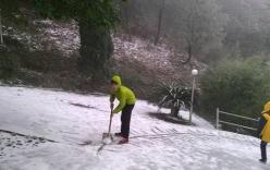 Lạng Sơn: Người dân phấn khích khi thấy tuyết rơi