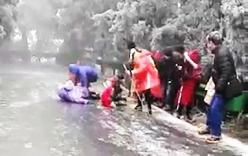 Video: Người dân ngã dúi dụi khi đi trên đường đóng băng