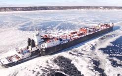 Video: Tàu container khổng lồ kẹt cứng giữa hồ băng