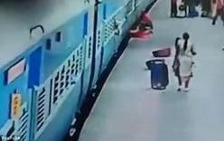 Video: Người phụ nữ mắc kẹt dưới đường ray khi tàu chạy qua