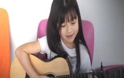Bé gái 9 tuổi vừa ôm đàn vừa hát