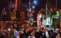 Video: Giải cứu 4 thợ mỏ mắc kẹt 36 ngày dưới lòng đất