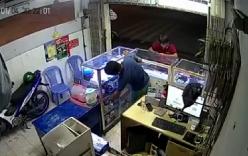 Video: Giả vờ hỏi mua rồi bất ngờ cướp điện thoại bỏ chạy
