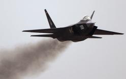 Tiêm kích J-31 Trung Quốc phụt khói đen mù mịt khi tăng tốc biểu diễn