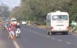 Kẻ lạ mặt hung hãn lao ra đường chặn xe, ném đá