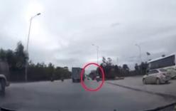 Bị bò lao vào xe, người đàn ông ngã lăn ra đường trước xe tải