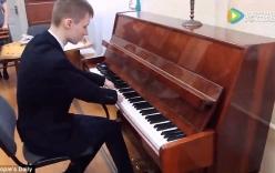 Cậu bé không có bàn tay chơi piano như nghệ sĩ