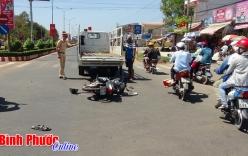Xe máy tông thẳng vào xe tải, 2 thanh niên nguy kịch