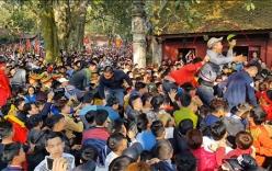 Video: Hàng trăm thanh niên giẫm đạp nhau tranh lộc tại hội Gióng