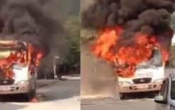 Video: Xe 29 chỗ bỗng dưng bốc cháy dữ dội giữa đường