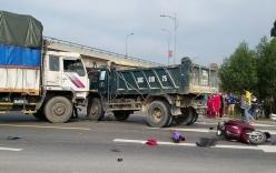 Tông nhau lăn ra đường, 2 người bị xe tải tử vong