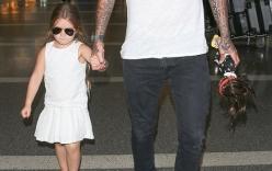 Clip Harper như thiên thần nắm chặt tay Beckham tại sân bay