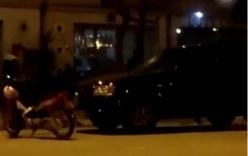 Đi xe máy chặn đầu ô tô bắt được vợ ngoại tình