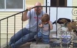Ngạc nhiên trước phản ứng kì lạ của bà mẹ khi con trai kẹt đầu vào song sắt