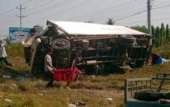 Xe tải lao thẳng vào container khiến 3 người chết thảm