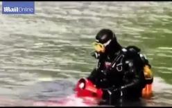 """Lái xe Vespa chạy """"ngon lành"""" dưới nước suốt 20 phút"""