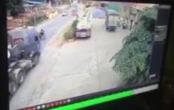 Container phanh cháy đường không tránh được xe máy