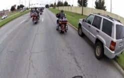 Xe Jeep bị đoàn mô tô khủng xử ép cả đoạn đường dài