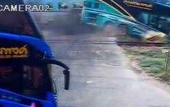 Video: Xe du lịch bị tàu hỏa đâm xuyên đầu, 33 người thương vong