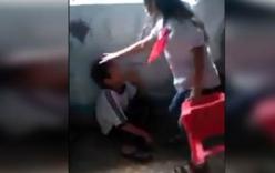Nữ sinh lớp 4 cầm ghế đánh bạn nam trong lớp học