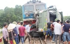 Hiện trường tàu hỏa đâm xe tải, khiến đường sắt Bắc - Nam tê liệt