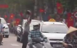Đứng giữa đường chặn phá xe, người đàn ông bị tài xế taxi đuổi đánh