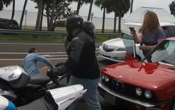 Va chạm ô tô, người phụ nữ rút súng ra giải quyết