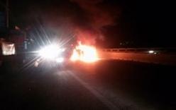 Xe tải lật ngửa trên cầu, bốc cháy ngùn ngụt trong đêm