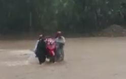 Yên Bái: Hàng chục giáo viên khiêng xe máy vượt lũ tới trường